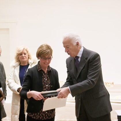 Il Presidente Szego e il Dr. Toschi consegnano un omaggio a Maddalena e Stefania Gibelli