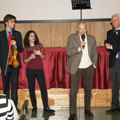 Il Dr. Toschi ringrazia i due musicisti