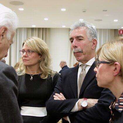 Il Primario di Pediatria, Dr. Alberto Fabio Podestà, con Maddalena e Stefania Gibelli.