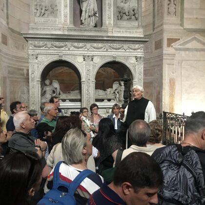 La guida illustra le bellezze della Certosa di Pavia