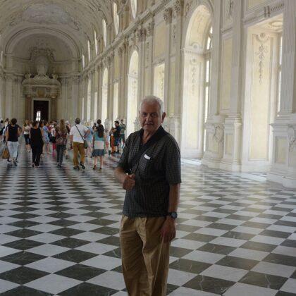Camminata tra i grandi corridoi a scacchi